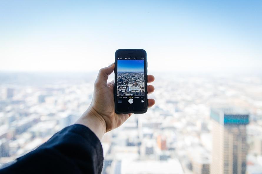 tourisme smartphone picture city building photo téléphone millenials connected instagram